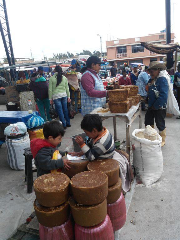 Enfants qui jouent sur les blocs de panela