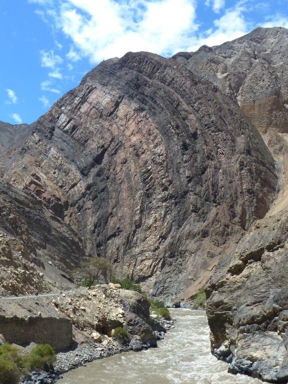 Formes et couleurs des montagnes du canyon du fleuve Santa