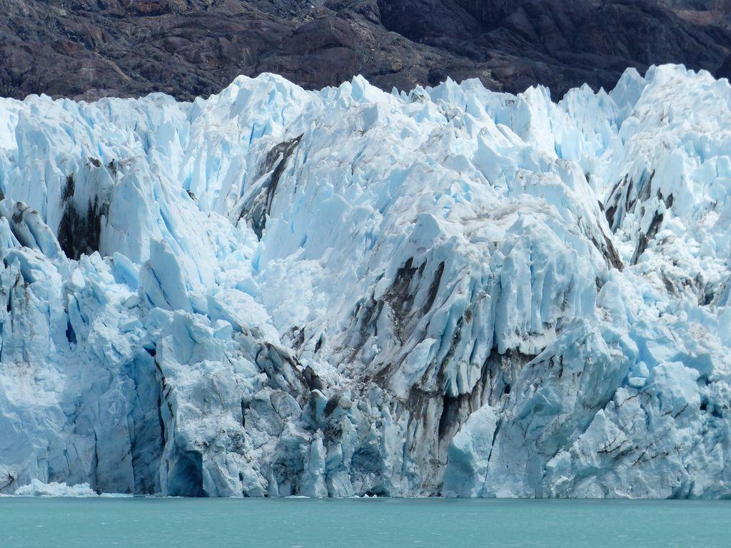 Colonnes de glace qui hérissent le lac