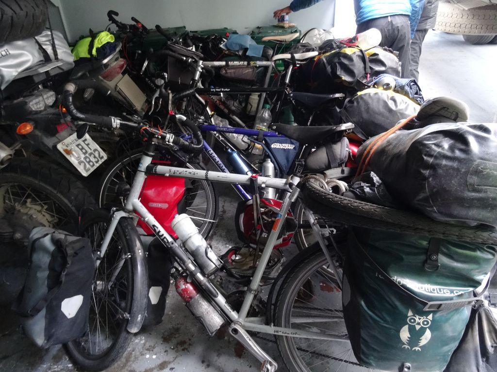 Horde de cyclistes embarquée pour la Terre de Feu