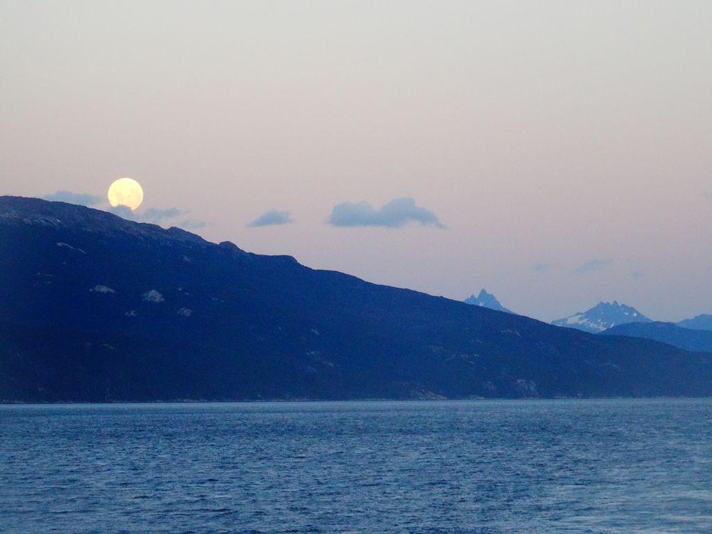 La pleine lune semble vouloir dévaler la montagne