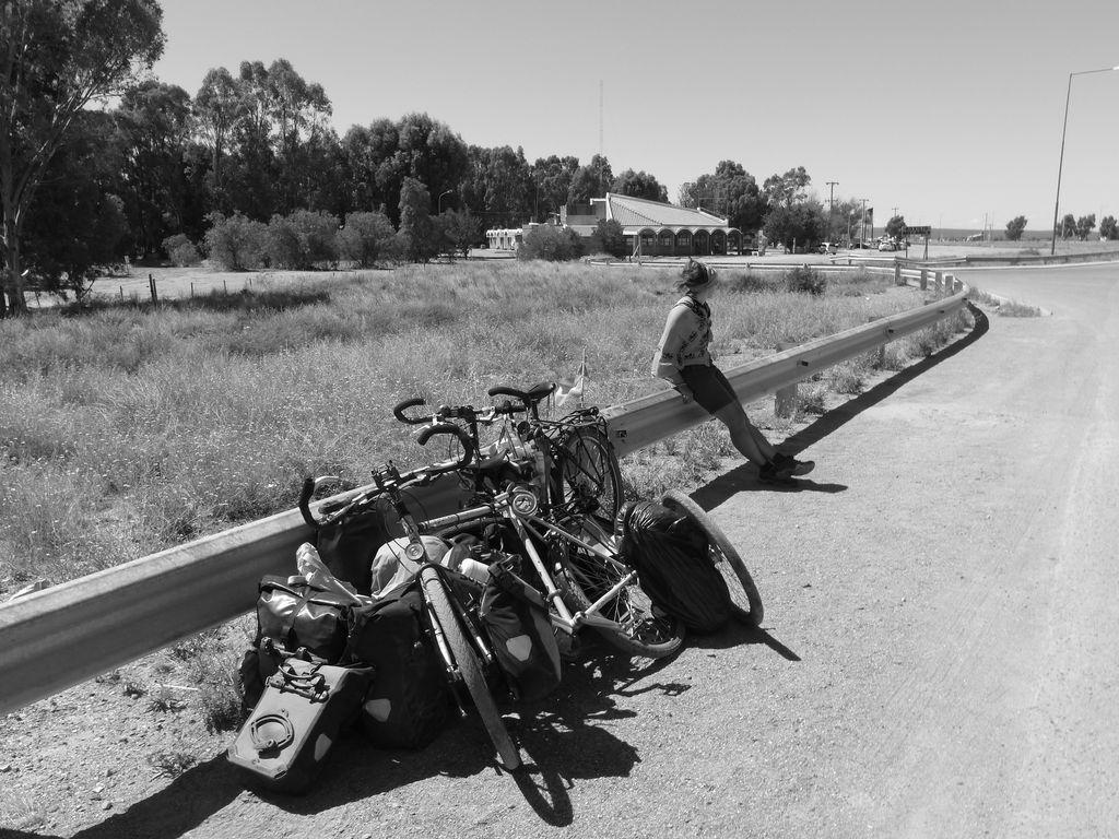 Vélos déchargés et démontés en attente d'une âme charitable