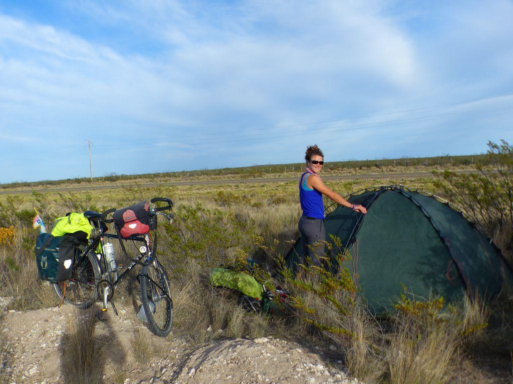 Démontage de la tente plantée de nuit en plein bushcamp, avec même un trou de tarentule pas bien loin