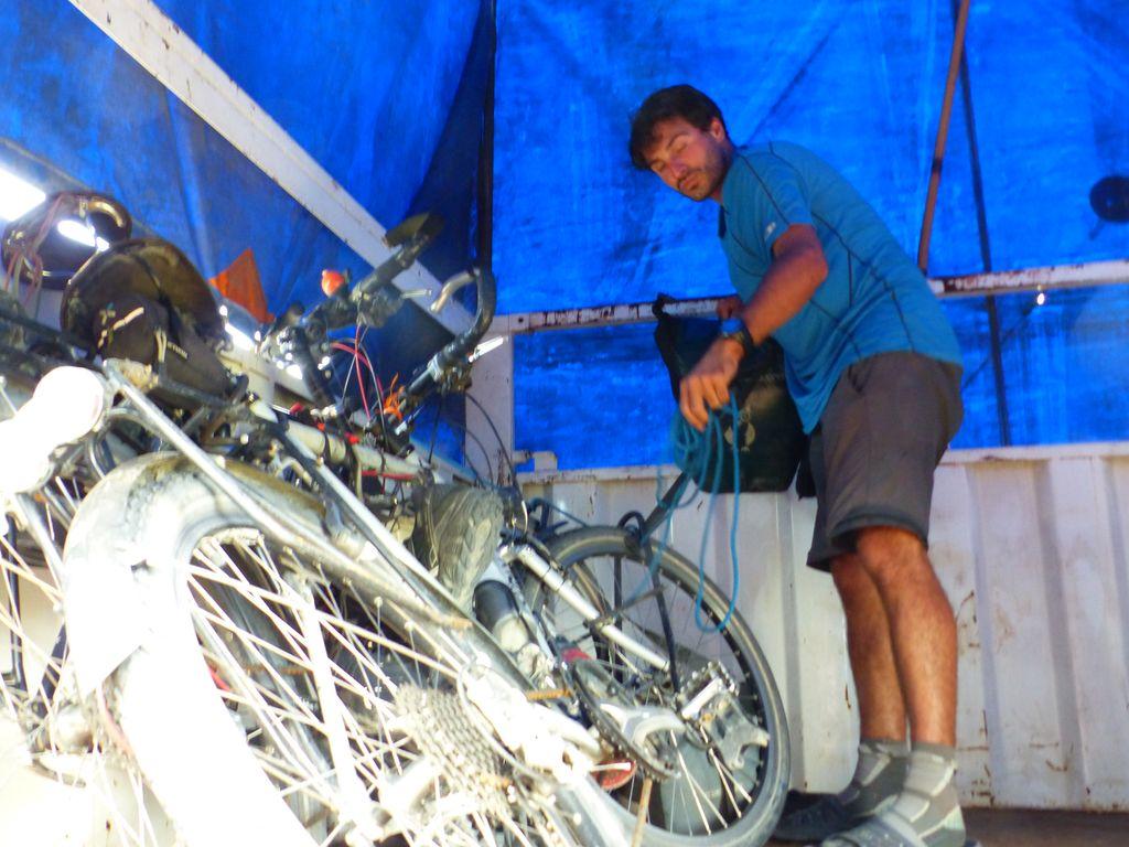 Vélos bien arrimés dans la remorque